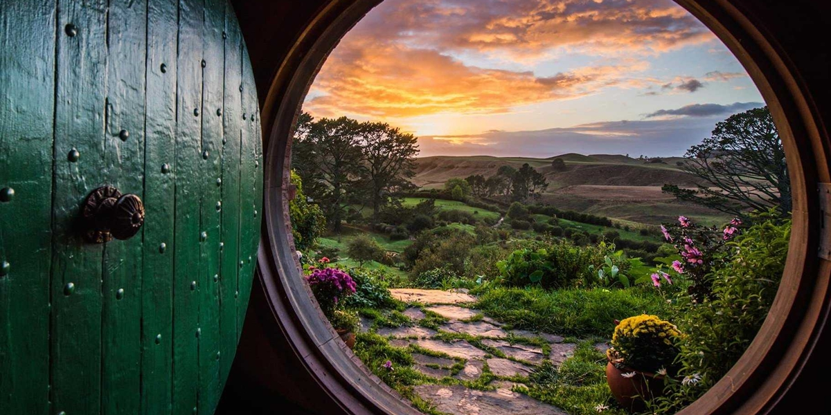 the-hobbiton-movie-set-is-one-of-the-biggest-tourist-attractions-in-new-zealand
